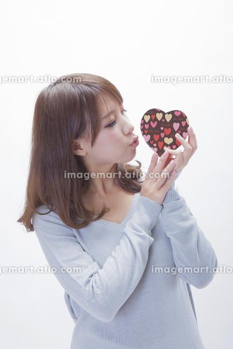 プレゼントを持つ女性の販売画像