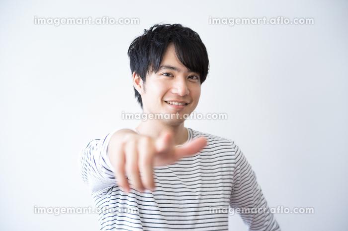 指差し・男性・カジュアルの販売画像