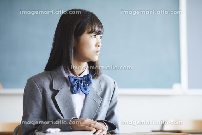 授業を受ける女子中学生の販売画像