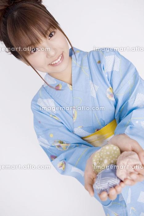 お手玉を持つ浴衣女性の販売画像