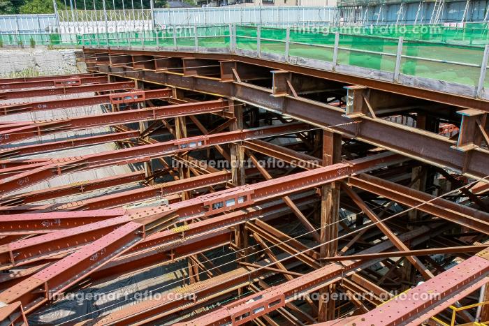 土壁を鉄骨で支える工事現場(横浜市/神奈川)の販売画像