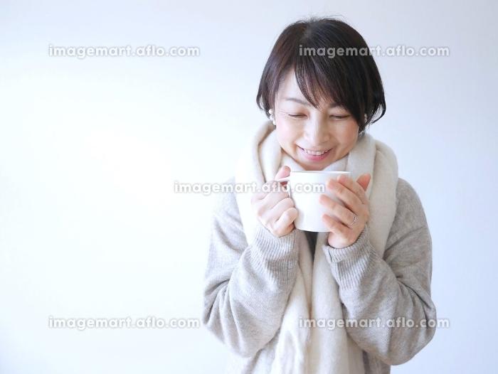 ホットドリンクを飲む女性の販売画像