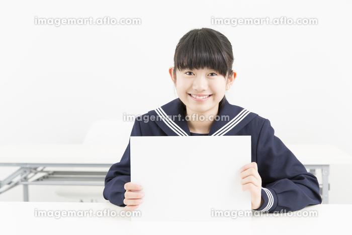 メッセージボードを持つ女子中学生の販売画像