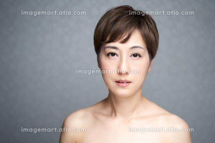 カメラ目線で真顔で見つめる中年の日本人女性の販売画像