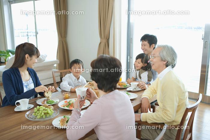 食事する日本人家族の販売画像