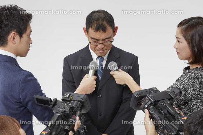 インタビュー中の男性の販売画像