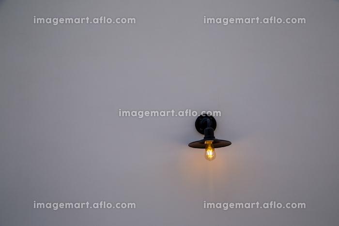 白い壁に黒のレトロな照明器具の販売画像