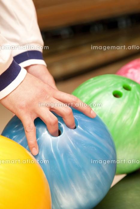 ボウリング球を持つ男性の手元の販売画像