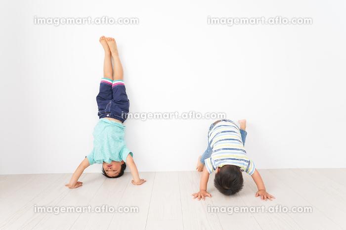 幼稚園で楽しく遊ぶ男の子の販売画像