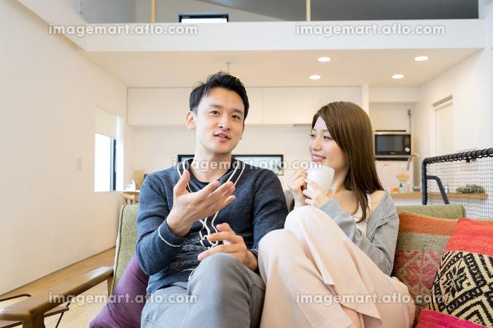 会話するカップル(夫婦・ライフスタイル・室内)の販売画像
