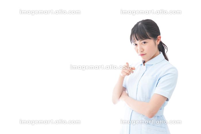 怒りを感じる若い看護師の販売画像